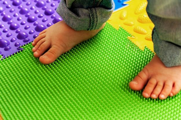 Educación y desarrollo del niño. masaje y colchoneta ortopédica, alfombra para niños. desarrollo temprano, ortopedia