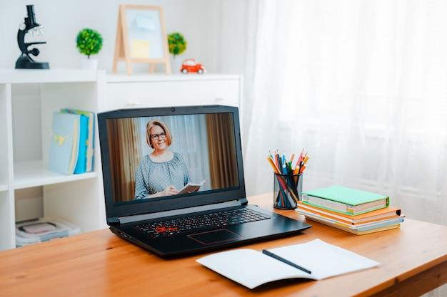 Educación a distancia en línea.