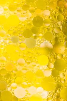 Efecto de burbuja sobre fondo amarillo con textura