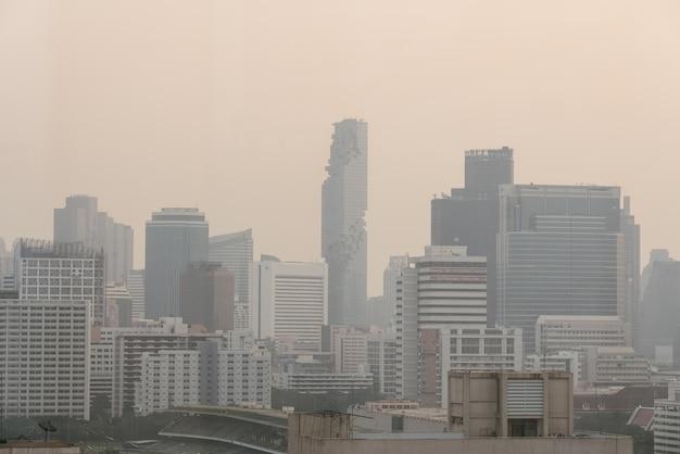El efecto de la contaminación del aire hizo un paisaje urbano de baja visibilidad con niebla y niebla del polvo en el aire.