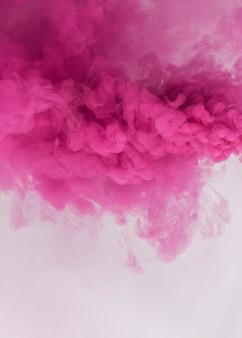 Efecto de humo rosa sobre un fondo blanco.
