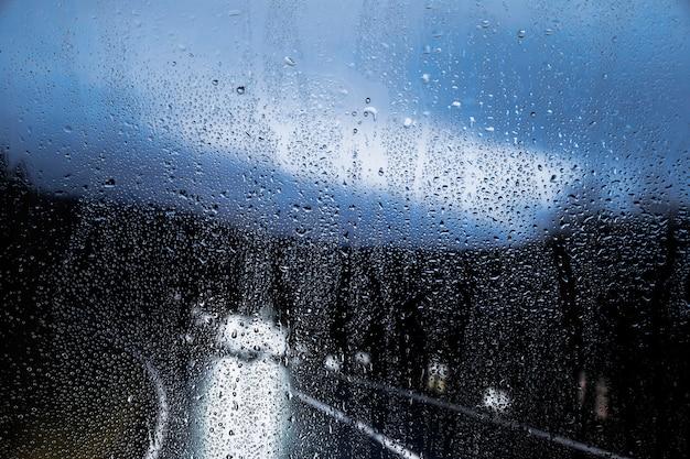 Efecto de lluvia sobre fondo de carretera de noche