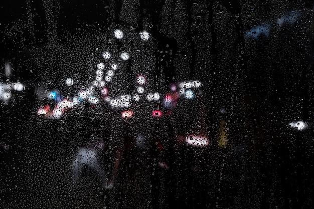 Efecto de lluvia sobre fondo de ciudad de noche