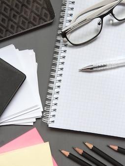 Efectos de escritorio en blanco fijados en el fondo de papel. plantilla de identidad corporativa.