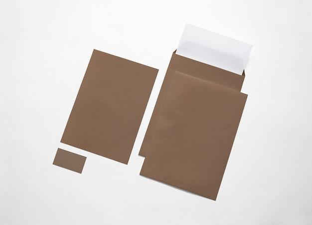 Efectos de escritorio de papel del cartón aislados en blanco. ilustración. sobres en blanco, membretes y tarjetas para exhibir su presentación.