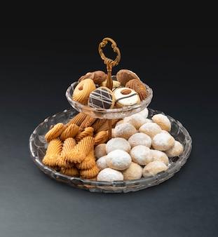 Eid cookies tradicionales, aperitivos musulmanes festivos en negro