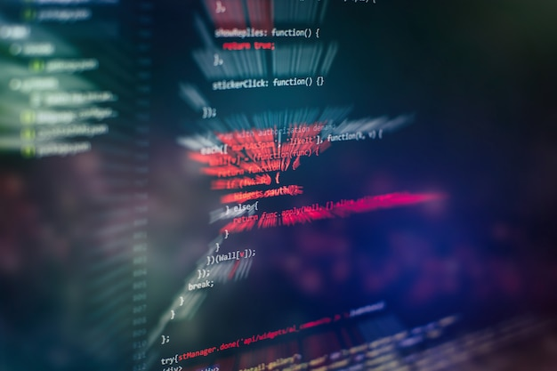 Ejecución de datos informáticos / programación www. codificación del texto del guión en la pantalla. foto de portarretrato de cuaderno.