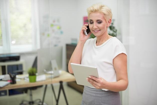 La ejecutiva siempre está en contacto con sus clientes.