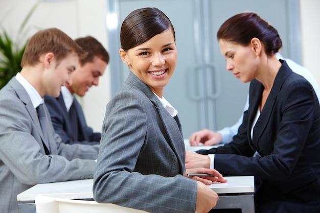 Ejecutiva sonriente trabajando