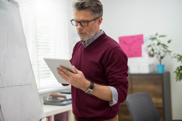 Ejecutivo en busca de información sobre tableta digital