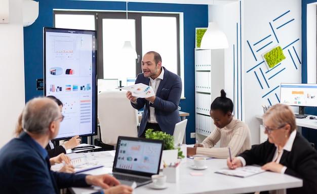 Ejecutivo corporativo gritando enojado en la sala de reuniones de conferencias debido a un problema financiero en la sala de reuniones. reprimenda por los resultados infructuosos y el concepto de rivalidad.