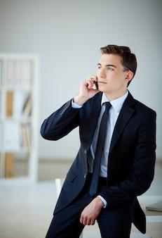 Ejecutivo elegante hablando por teléfono