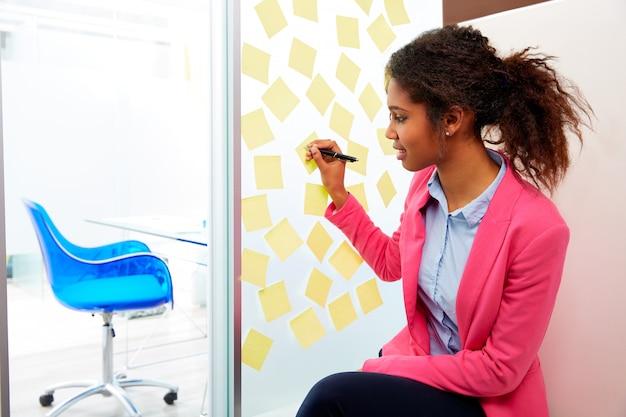 Ejecutivo étnico africano con stickers en oficina