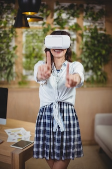Ejecutivo femenino con casco de realidad virtual
