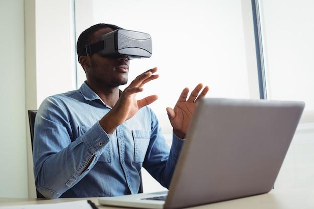 Ejecutivo de negocios con casco de realidad virtual