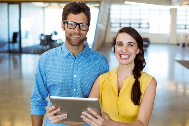 Ejecutivo de negocios y compañero de trabajo con tableta digital