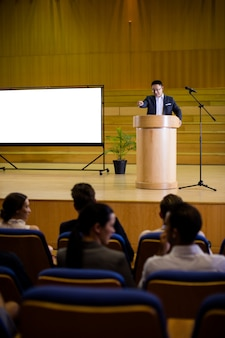 Ejecutivo de negocios dando un discurso