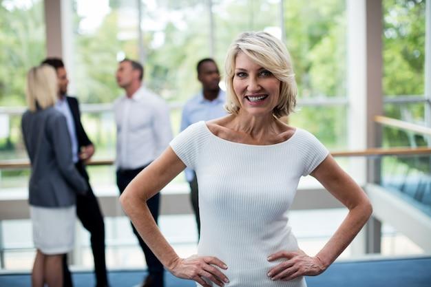 Ejecutivo de negocios femenino en el centro de conferencias