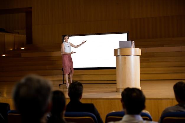 Ejecutivo de negocios femenino dando presentación