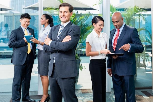 Ejecutivo de negocios frente a su equipo.