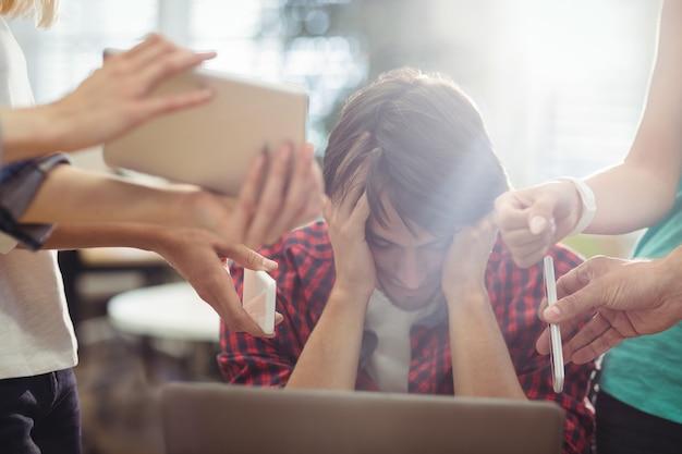 Ejecutivo de negocios frustrado sentado en la oficina
