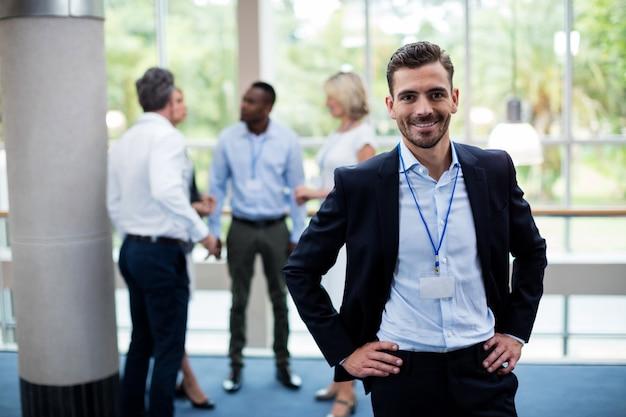 Ejecutivo de negocios masculino en el centro de conferencias