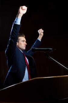 Ejecutivo de negocios masculino dando un discurso