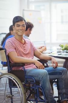 Ejecutivo de negocios perjudicado que se sienta en la silla de ruedas