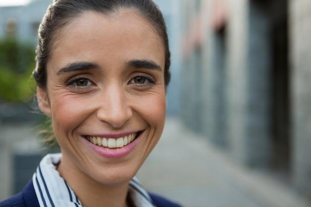 Ejecutivo de negocios sonriente en las calles de la ciudad
