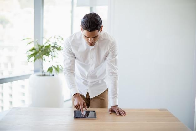 Ejecutivo de negocios mediante tableta digital en el escritorio