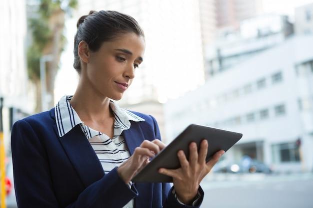 Ejecutivo de negocios mediante tableta digital