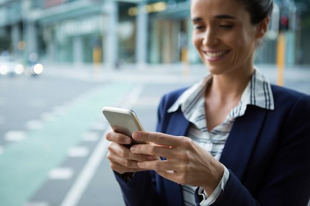 Ejecutivo de negocios mediante teléfono móvil