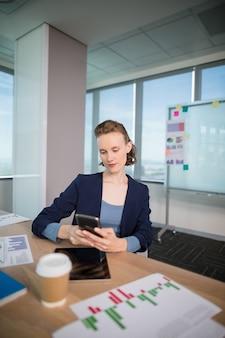 Ejecutivo de negocios usando su teléfono móvil