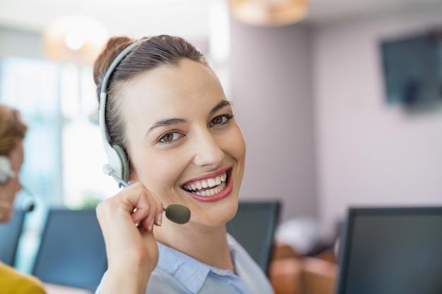 Ejecutivo de servicio al cliente que trabaja en call center