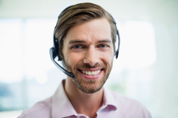 Ejecutivo de servicio al cliente sonriente trabajando en call center