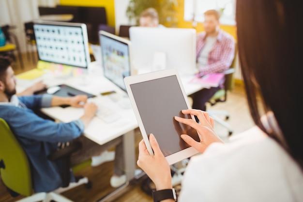 Ejecutivo usando tableta digital en la oficina creativa