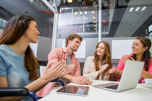 Los ejecutivos aprecian a su colega durante la reunión en la sala de conferencias