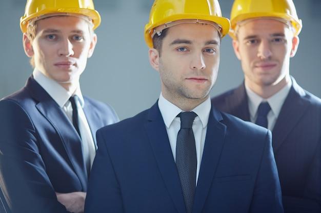 Ejecutivos con cascos protectores