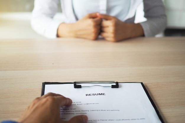 Ejecutivos entrevistando solicitantes de empleo