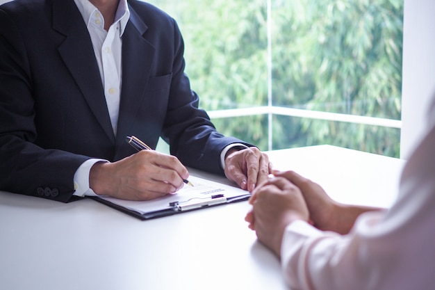 Los ejecutivos están entrevistando a los candidatos. centrándose en consejos para escribir currículums, calificaciones de postulantes, habilidades para entrevistas y preparación previa a la entrevista. consideraciones para nuevos empleados