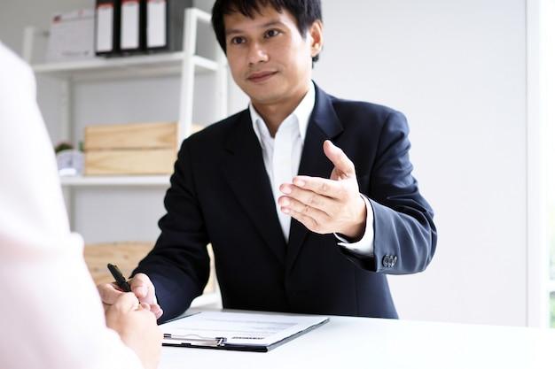 Los ejecutivos están entrevistando a los candidatos. centrándose en consejos para escribir currículums, calificaciones de solicitantes, habilidades para entrevistas y preparación previa a la entrevista consideraciones para nuevos empleados