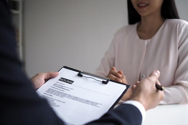 Los ejecutivos están entrevistando a los candidatos. centrándose en consejos para escribir currículums, calificaciones de solicitantes, habilidades para entrevistas y preparación previa a la entrevista. consideraciones para nuevos empleados