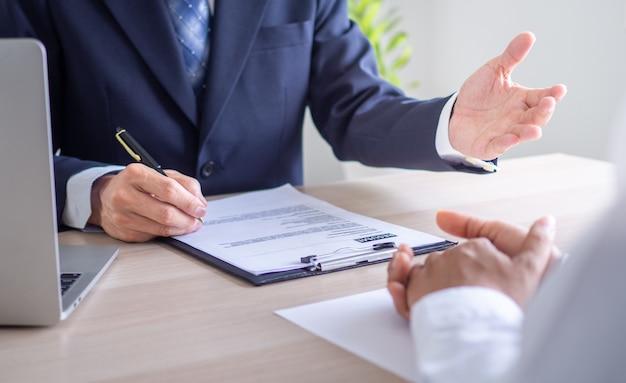 Los ejecutivos están entrevistando a los solicitantes de empleo y realizando verificaciones de antecedentes. los solicitantes hablan sobre su experiencia laboral, educación y conocimientos previos.