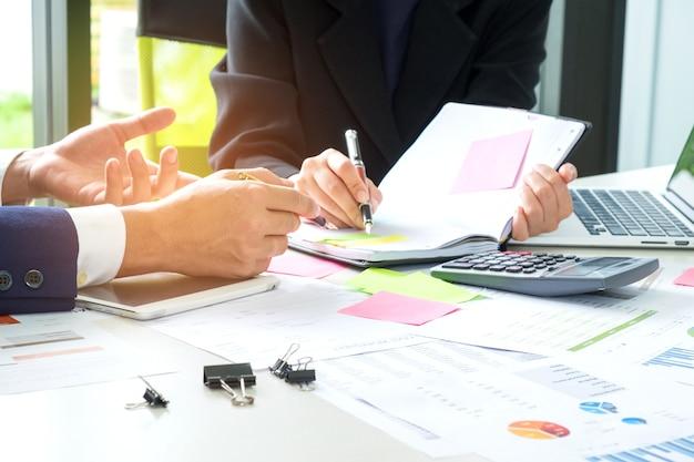 Los ejecutivos están instruyendo a las secretarias para tomar notas
