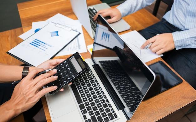 Ejecutivos de negocios análisis de marketing rendimiento de las ventas equipo, reunión de trabajo en equipo concepto