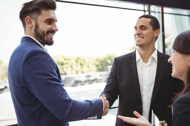 Ejecutivos de negocios dándose la mano en la plataforma