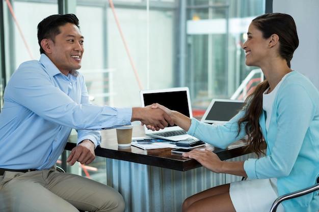 Ejecutivos de negocios dándose la mano durante la reunión