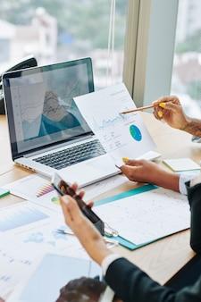 Ejecutivos de negocios discutiendo datos financieros