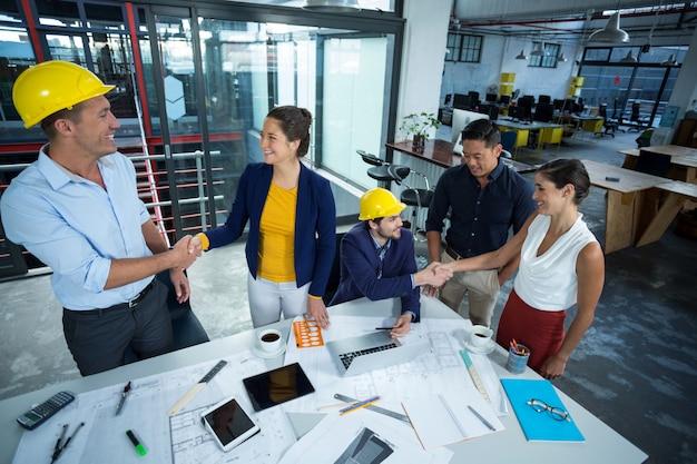 Ejecutivos de negocios discutiendo durante la reunión