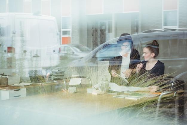 Ejecutivos de negocios discutiendo sobre tableta digital